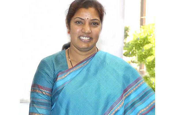 Purandeswari asks Naidu to stop acquiring farm lands