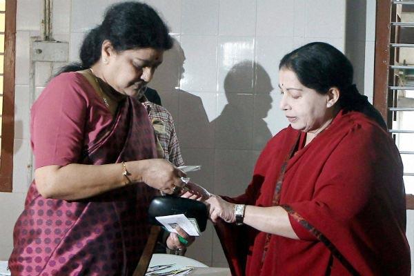 Tehelka says Sasikala conspired to give slow poison to Jayalalithaa !