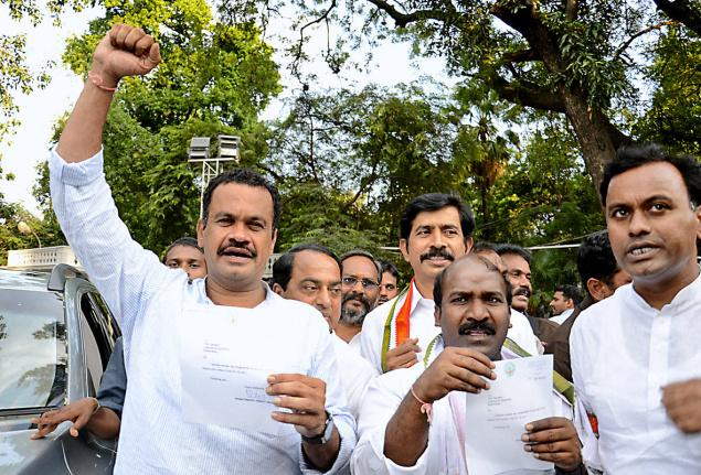 Telangana Congress clueless on Komatireddy brothers' revolt!