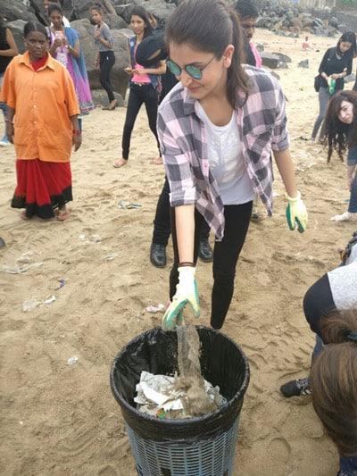 Anushka cleans beach for Clean India campaign