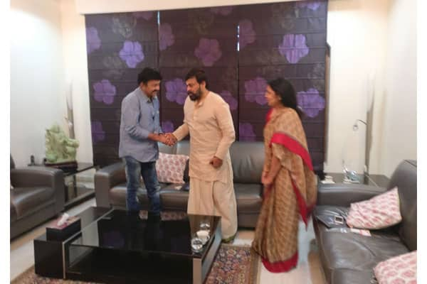 Rajashekar puts differences aside , meets Chiranjeevi