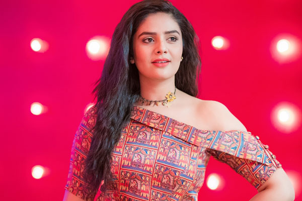 Sreemukhi charges a bomb for Bigg Boss 3