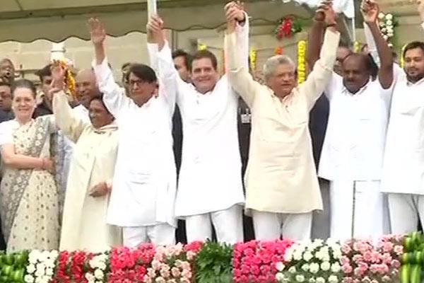 Kumaraswamy sworn in as Karnataka CM
