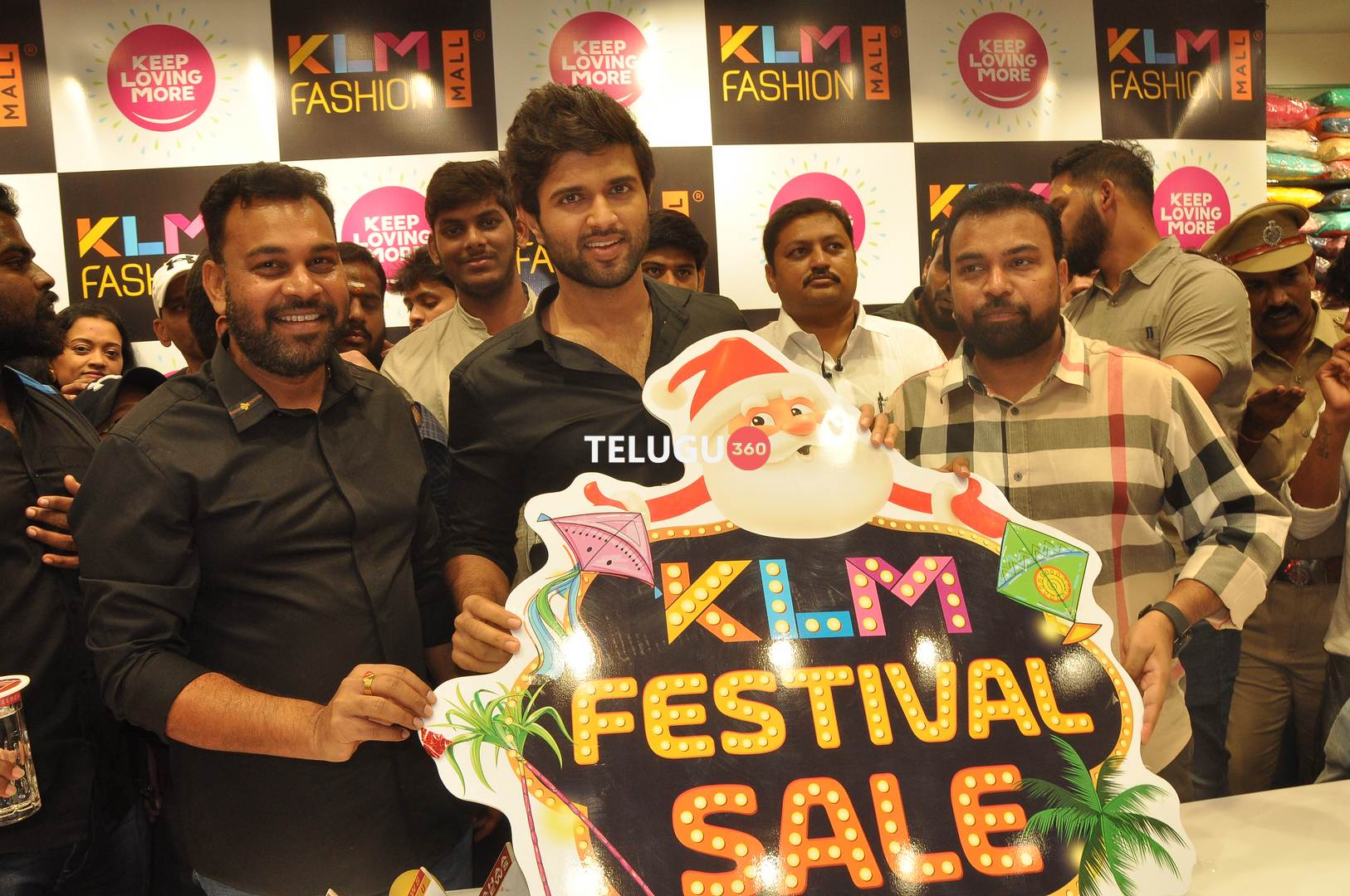 Vijaydevarakonda KLM rajamundry visit.. spl festival offers launch