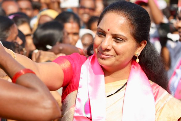 KCR's daughter Kavitha flouts corona isolation rules!