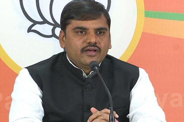 Dark understanding between YSRCP, TDP in Andhra: BJP