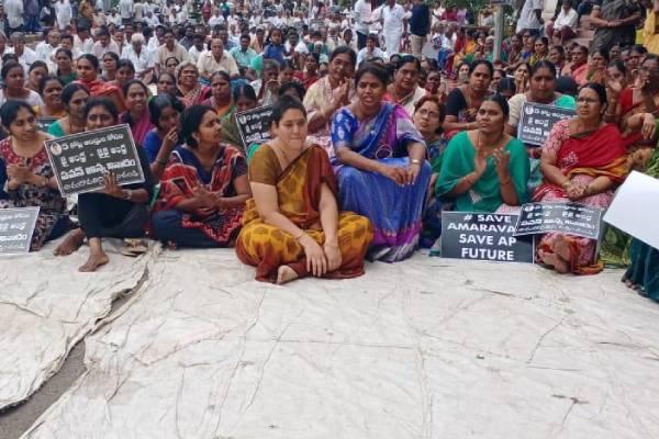 Amaravati farmers' representation to YSR statue