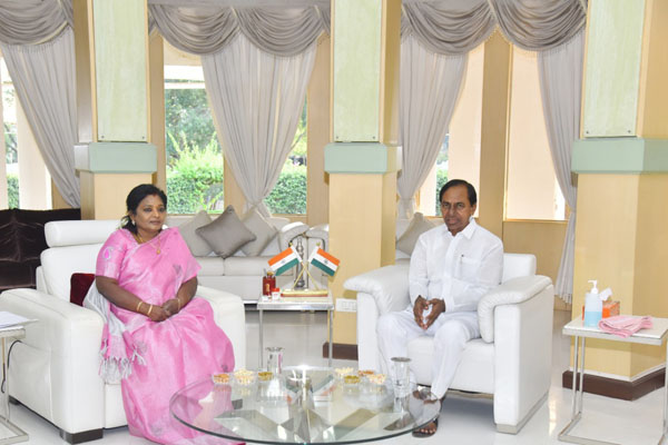KCR meets Tamilsai Soundarajan on Covid-19 situation in Telangana