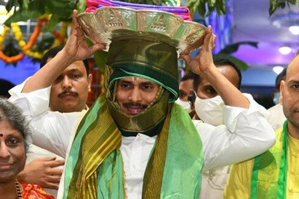 Belligerent Jagan enters Tirumala abode without signing declaration form