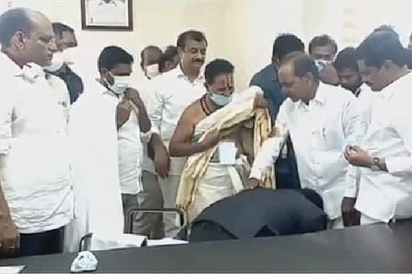 IAS officer touches feet of KCR!