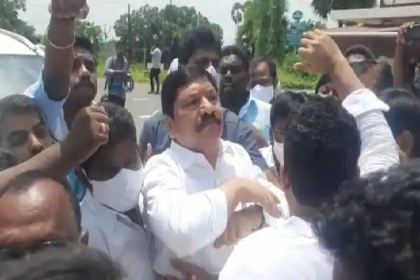 YSRCP MLA Jogi Ramesh, activists attack Naidu's house!
